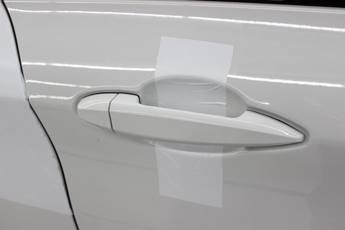 BMW 218d アクティブツアラー アルピンホワイト ラップガード ドアノブ シワ