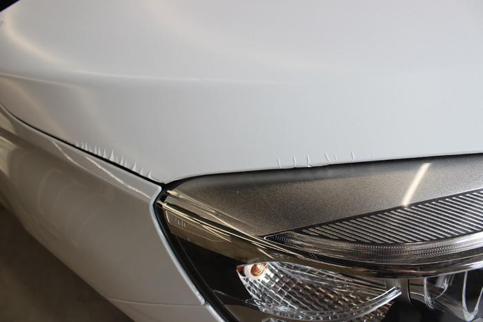 BMW 218d アクティブツアラー アルピンホワイト ラップガード ボンネット シワ