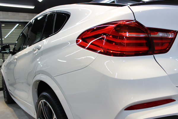 BMW X4 Mスポーツ アルピンホワイト テールレンズ
