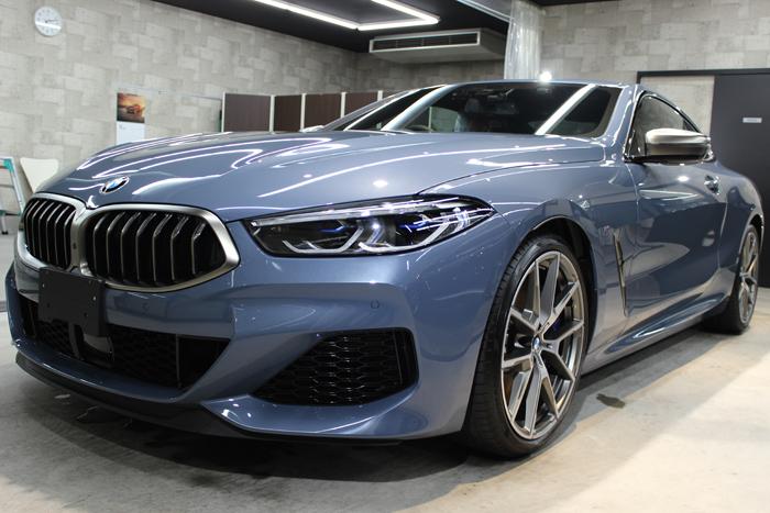 BMW M850i xDriveクーペ バルセロナブルー フロントバンパー左