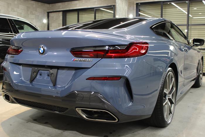 BMW M850i xDriveクーペ バルセロナブルー リアバンパー右