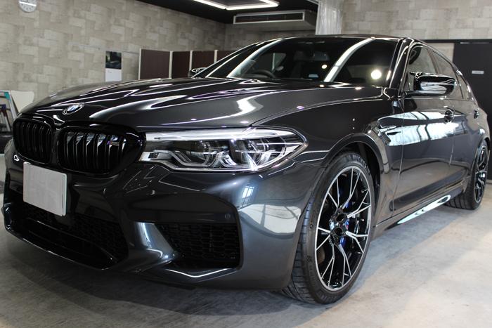BMW M5コンペティション シンガポールグレー フロントバンパー左