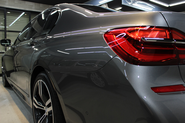 BMW 740i Mスポーツ マジェリングレーメタリック テールレンズ