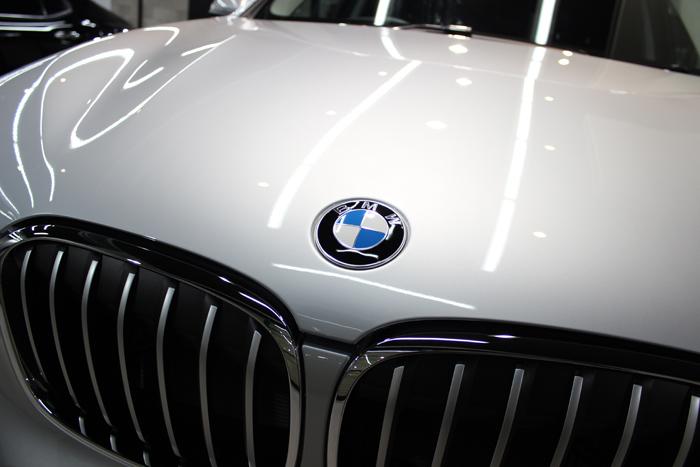 BMW X1 xDrive18d グレイシャーシルバー ボンネット エンブレム