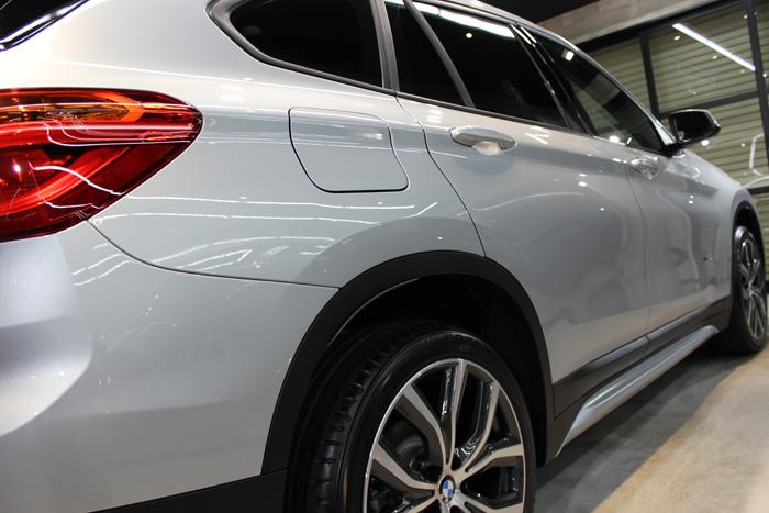BMW X1 xDrive18d グレイシャーシルバー 右ドア