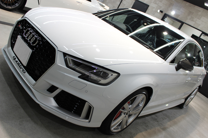アウディ RS3 セダン グレイシアホワイトメタリック ボンネット1