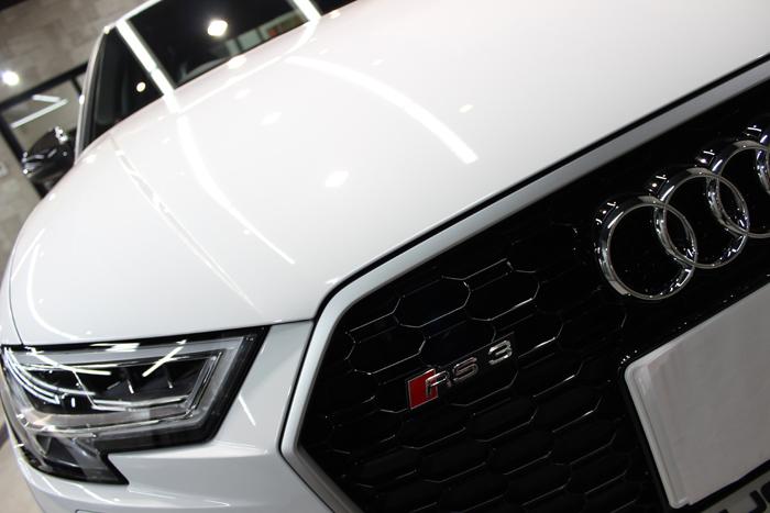 アウディ RS3 セダン グレイシアホワイトメタリック シングルフレームグリル