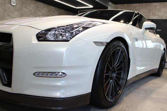 日産 GT-R ブリリアントホワイトパール 左フェンダー