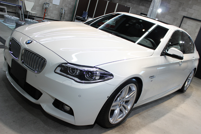 BMW 535i Mスポーツ アルピンホワイト ボンネット1