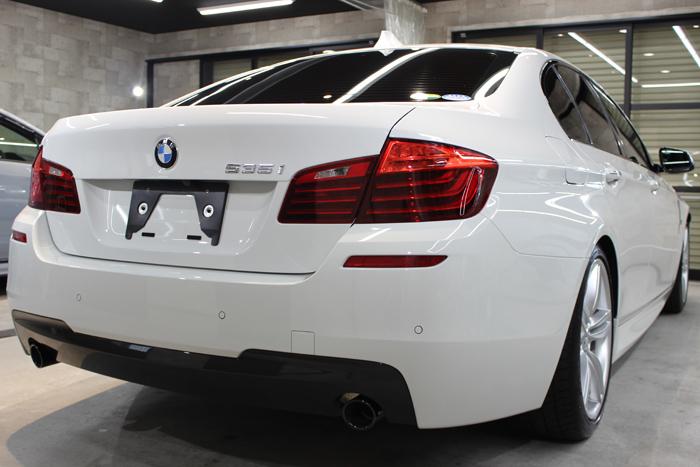 BMW 535i Mスポーツ アルピンホワイト リアバンパー左