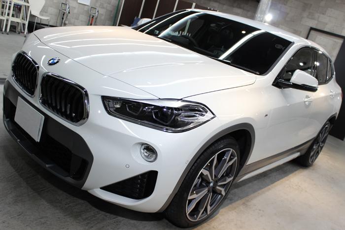 BMW X2 MスポーツX アルピンホワイト ボンネット左