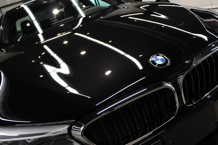 BMW 530i Mスポーツ ブラックサファイア ボンネット右アップ
