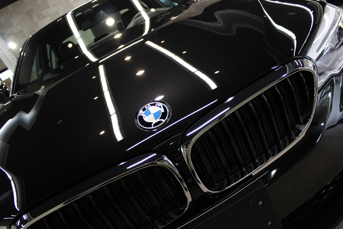 BMW 530i Mスポーツ ブラックサファイア ボンネット中央アップ