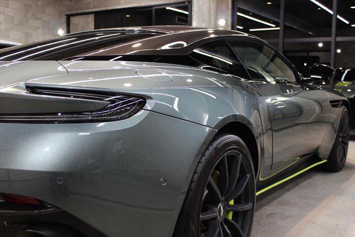 アストンマーティン DB11 AMRシグネチャーエディション スターリンググリーン テールライト右