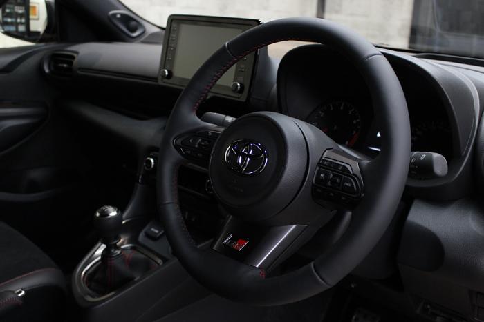トヨタ GRヤリス エモーショナルレッド ステアリングコーティング